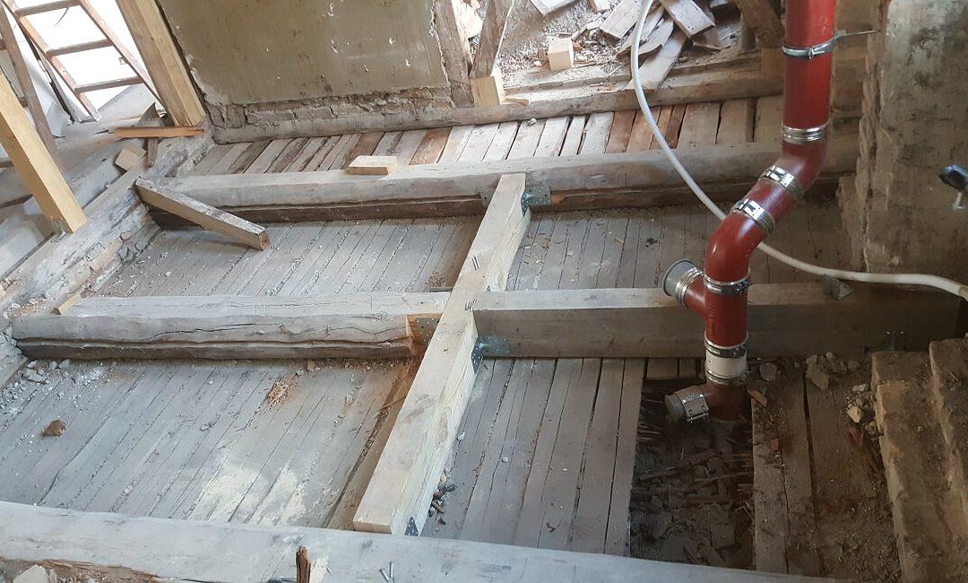 Rozbiórka starej podłogi i wzmocnienie konstrukcji, z montażem nowego podłoża i ścian